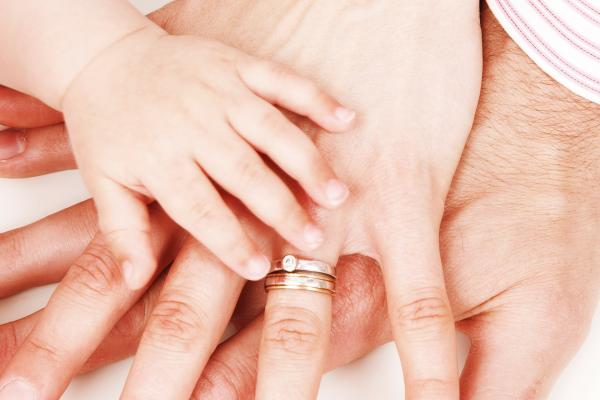 赤ちゃんと家族の手